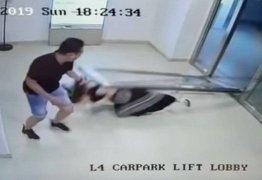 ACIDENTE: Porta de vidro cai 'do nada' em cima de mulher em shopping; VEJA VÍDEO