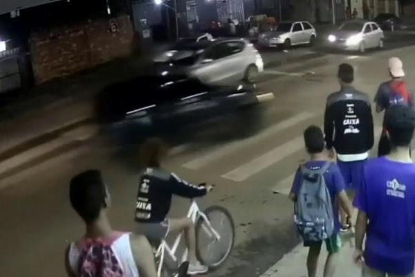 122119 - Motorista embriagado atropela duas pessoas e foge sem prestar socorro - VEJA VÍDEO