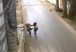 Mulher reage a assalto e usa guarda-chuva para bater em ladrão – VEJA VÍDEO