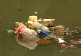Pesquisadores medem o volume de lixo descartado nos rios e no mar