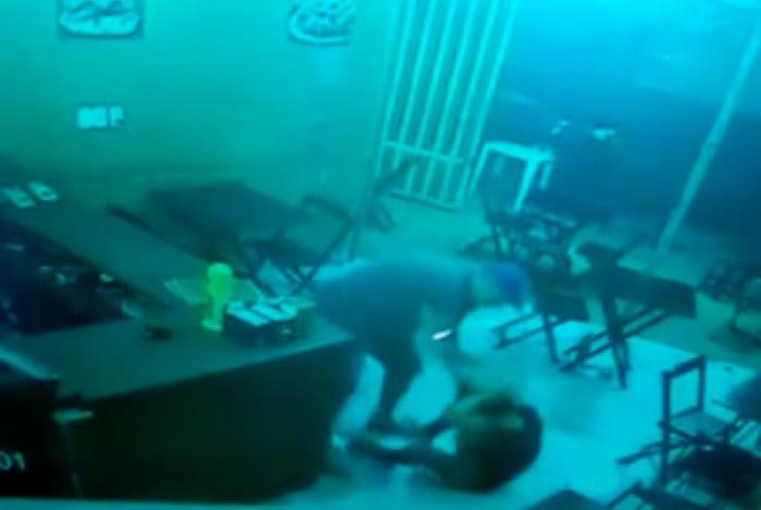 agressao de pm a mulher 1 - PM agride dona de lanchonete com socos, chutes e pontapés por atraso no pedido - VEJA VÍDEO
