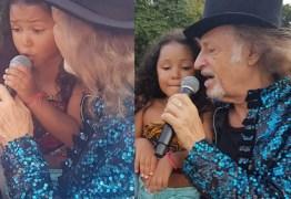 Emocionado, Alceu Valença chama fã mirim para cantar em trio durante bloco – VEJA VÍDEO