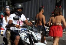 Anitta chega de mototáxi no Bloco das Poderosas
