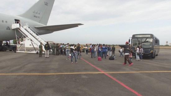 aviao 2 300x169 - Grupo de venezuelanos chega à Paraíba vindo de Roraima por meio de processo de interiorização