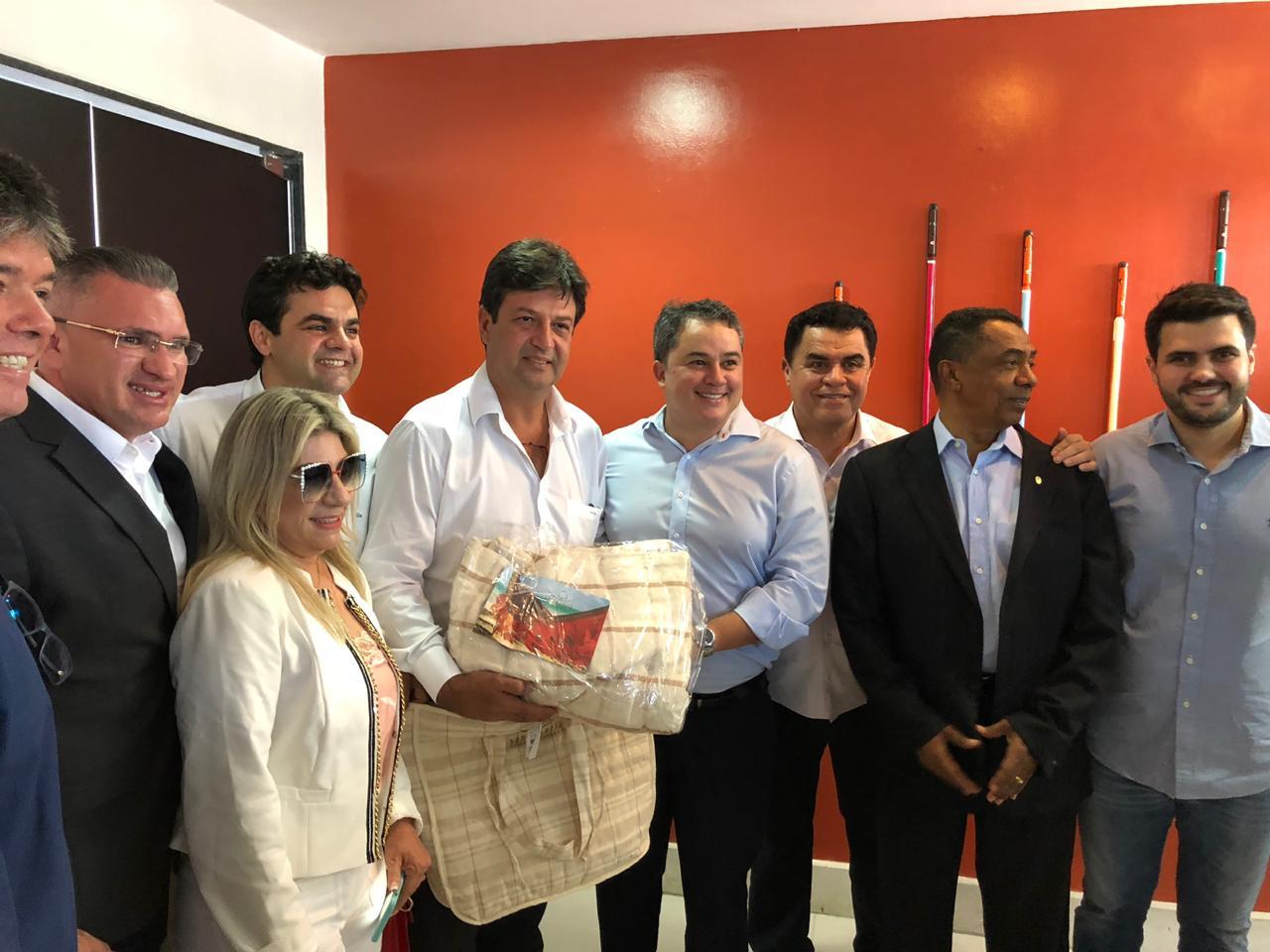 Na Paraíba, políticos recepcionam ministro da Saúde Luiz Henrique Mandetta