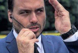 """MORTO VIVO? Carlos Bolsonaro diz se matar """"literalmente"""" e internautas reagem"""