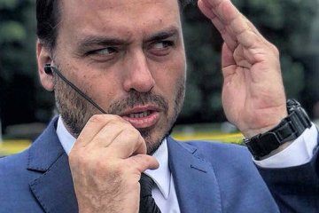 carlos bolsonaro - Carlos Bolsonaro bate boca com oposicionistas sobre caso da cocaína - VEJA VÍDEO