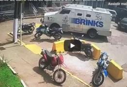 Vigilante de carro-forte se assusta e atira em cliente de banco – VEJA VÍDEO