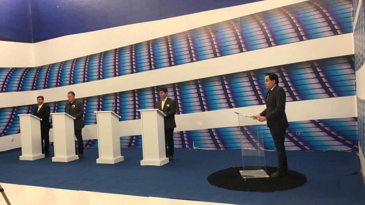 debate 3 - DEBATE NA MASTER: No último bloco, Vitor Hugo é chamado de 'candidato do envelope' e ganha direito de resposta; VEJA VÍDEO