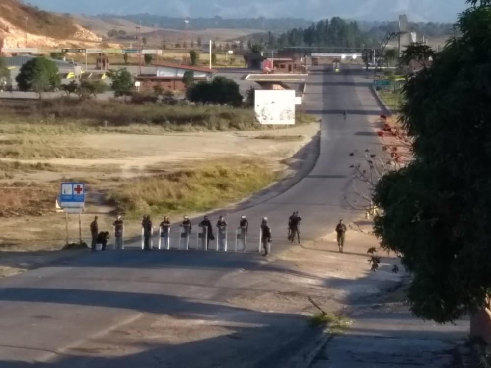 fronteira - TENSÃO: Venezuela mantém bloqueio na fronteira com o Brasil pelo 14º dia