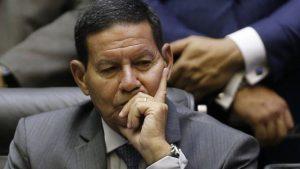 hamilton mourão 1 300x169 - Mourão ironiza pedido de impeachment: 'Se prosperar, eu volto para a praia'