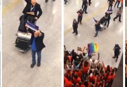 Zé de Abreu chega ao Brasil e é saudado como presidente autoproclamado do país no aeroporto – VEJA VÍDEO