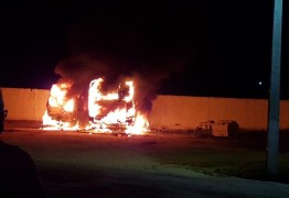 Ônibus escolar e ambulância de cidade do Cariri Paraibano pegam fogo