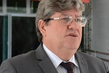 joao azevedo entrevistado foto walter rafael - 'MEDIDAS TÊM IMPACTO NEGATIVO': João Azevêdo e mais 12 governadores assinam carta contra decreto de armas de Bolsonaro - LEIA NA ÍNTEGRA