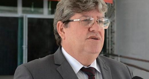 joao azevedo entrevistado foto walter rafael 300x160 - João Azevêdo inaugura e autoriza pacote de obras com investimentos superiores a R$ 100 milhões