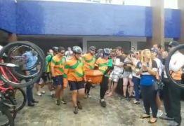Ciclistas homenageiam em velório, amigo que morreu de infarto – VEJA VÍDEO
