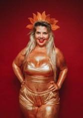 x d7a1832.JPG.pagespeed.ic .mVWoUhulrS - Musa carnavalesca plus size posa apenas coberta de Glitter e desabafa: '90% das críticas são de mulheres'