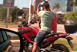 Motorista flagra roubo de motos no meio do trânsito – VEJA VÍDEO