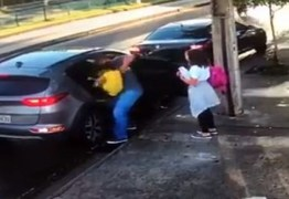 Homem sofre assalto e corre para tentar tirar filha de dento de veículo – VEJA VÍDEO