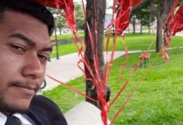 Rapaz distribui rosas após namorada dizer 'não' a pedido de casamento