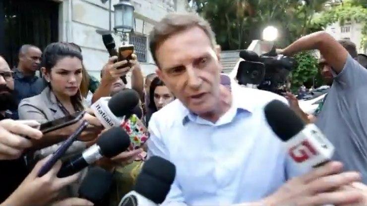 Crivella empurra e discute com repórter da TV Globo: 'Não quero falar com vocês'