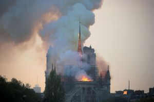2019 04 15t175212z 1088785923 rc19b980b890 rtrmadp 3 notredame fire 300x200 - França vai criar fundo para reconstrução da Notre-Dame