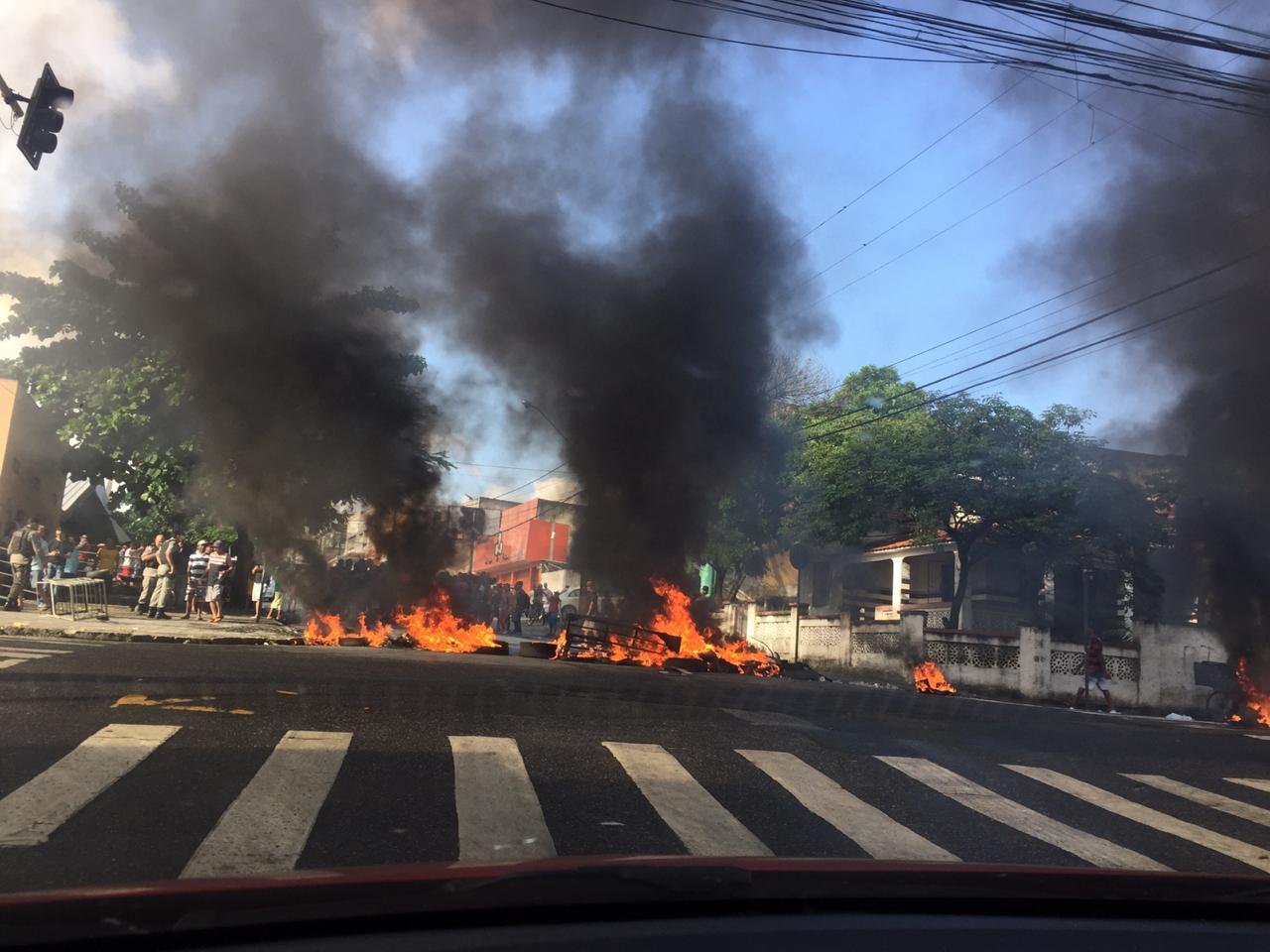 48bc6418 6ea4 489f b49f 1fc8930d7c88 - Ambulantes fazem protesto e queimam pneus em frente ao Ministério Público - VEJA VÍDEO