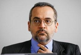 'SEM CARÁTER': Ministro da Educação usa redes sociais para atacar presidente da França