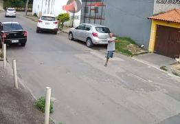 Bandido com apenas uma perna participa de assalto a carro: VEJA VÍDEO