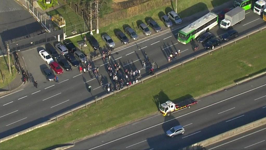 frame 01 38 49.304 1024x576 - Funcionários de gráfica do Enem fazem protesto em rodovia de SP