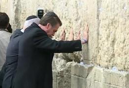 Bolsonaro cria precedente diplomático ao orar diante do Muro das Lamentações; VEJA VÍDEO
