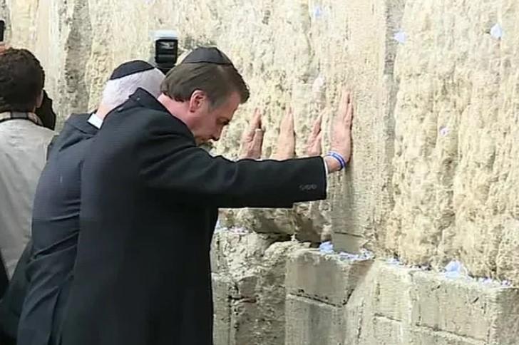 jair bolsonaro no muro das lamentacoes - Bolsonaro cria precedente diplomático ao orar diante do Muro das Lamentações; VEJA VÍDEO