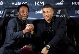 Pelé é internado em Paris após passar mal
