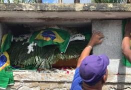 'A gente ia morrer junto', diz mulher no enterro do músico fuzilado pelo Exército