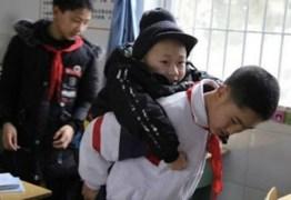 Aluno leva amigo deficiente nas costas até a escola por seis anos