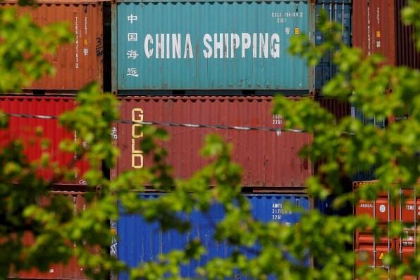 2018 09 17t101655z 1145142855 rc14f0b15ed0 rtrmadp 3 usa trade china 300x200 - Pesquisa aponta que guerra comercial afeta 75% das empresas dos EUA na China