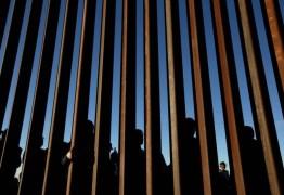 NA CADEIA: Americanos são presos por dar água e comida a imigrantes na fronteira