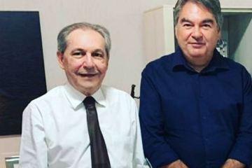Capturar 58 - UNANIMIDADE: Deputado Lindolfo Pires comemora ao lado do advogadoJohnson Abrantes, aprovação no TCE