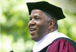 Bilionário negro quita dívida estudantil de uma turma inteira