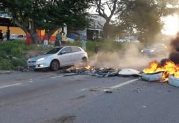 Moradores colocam fogo em pneus e interditam BR-230, em Bayeux