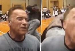 Arnold Schwarzenegger leva voadora e diz que nem sentiu – VEJA VÍDEO