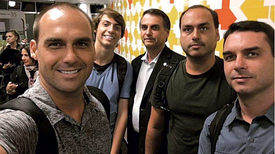 bolsonaro filhos e1557479964970 - Ex-babá, que foi laranja de militar, atuou por 18 anos no gabinete de Carlos Bolsonaro