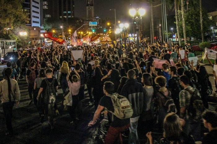 FORA BOLSONARO: presidente é recebido em Curitiba com protesto de centenas de pessoas