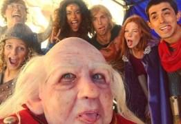 OS BASTIDORES D'A CAVERNA DO DRAGÃO': ator vira Mestre dos Magos em duas para comercial de carro