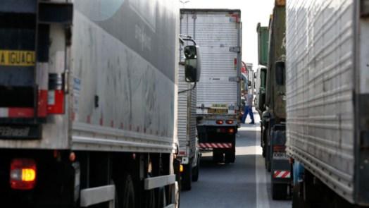 """frete 300x169 - """"Governo molha lenha seca na gasolina e joga na fogueira"""", diz representante dos caminhoneiros"""