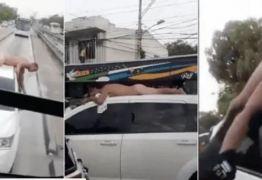 Esposa descobre traição e dirige carro com marido pelado no teto – VEJA VÍDEO