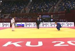 Judoca esquece celular no quimono, deixa cair no meio da luta e é eliminado – VEJA VÍDEO