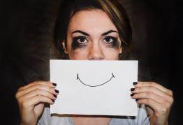 8 sinais que de seu parceiro está tentando impor um relacionamento abusivo