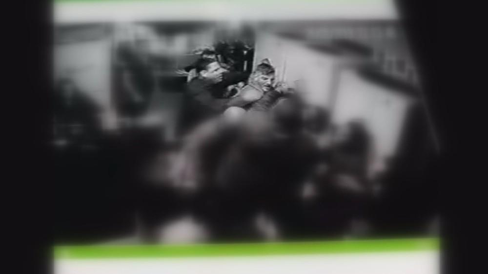 still0527 00006 - VIOLÊNCIA: Jovem morre após levar mata-leão de segurança em bar; VEJA VÍDEO