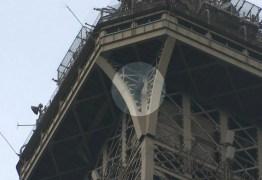 Torre Eiffel é esvaziada após pessoa tentar escalar o monumento